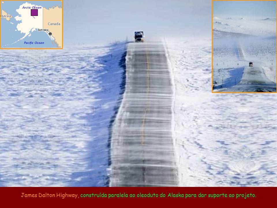 James Dalton Highway, construída paralela ao oleoduto do Alaska para dar suporte ao projeto.