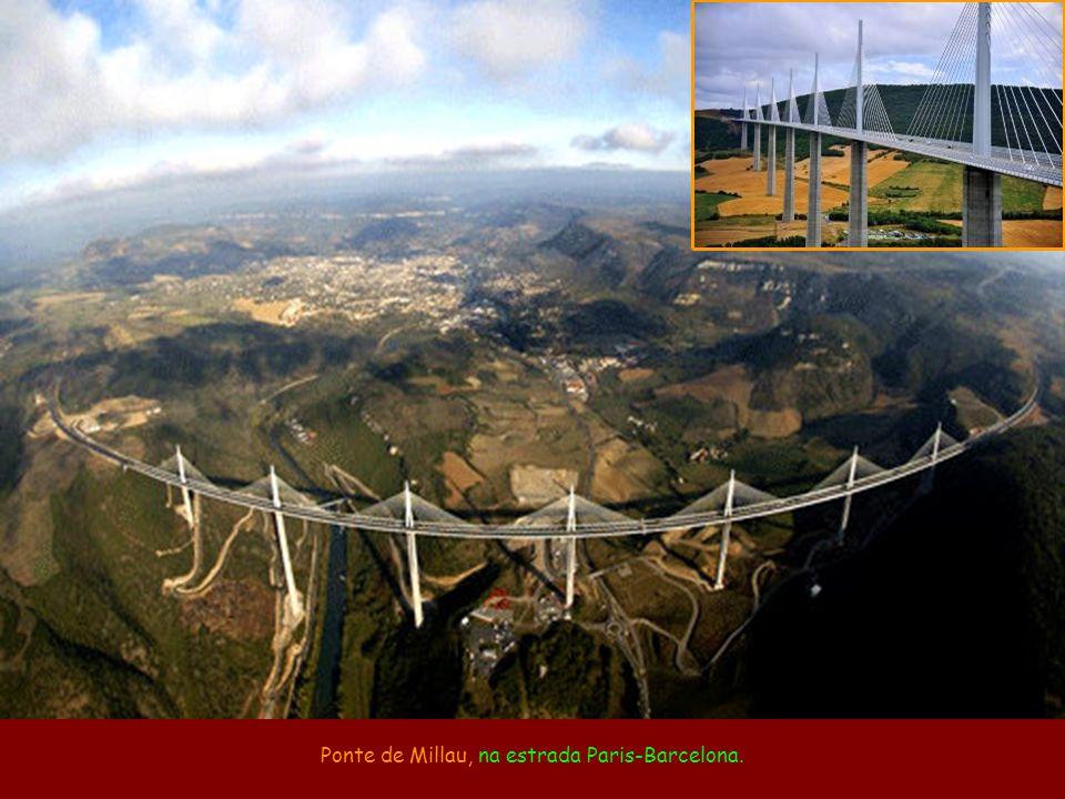 Foto na Internet identificada como ponte, mas que é um mirante na represa Hiyoshi, em Kioto, no Japão.
