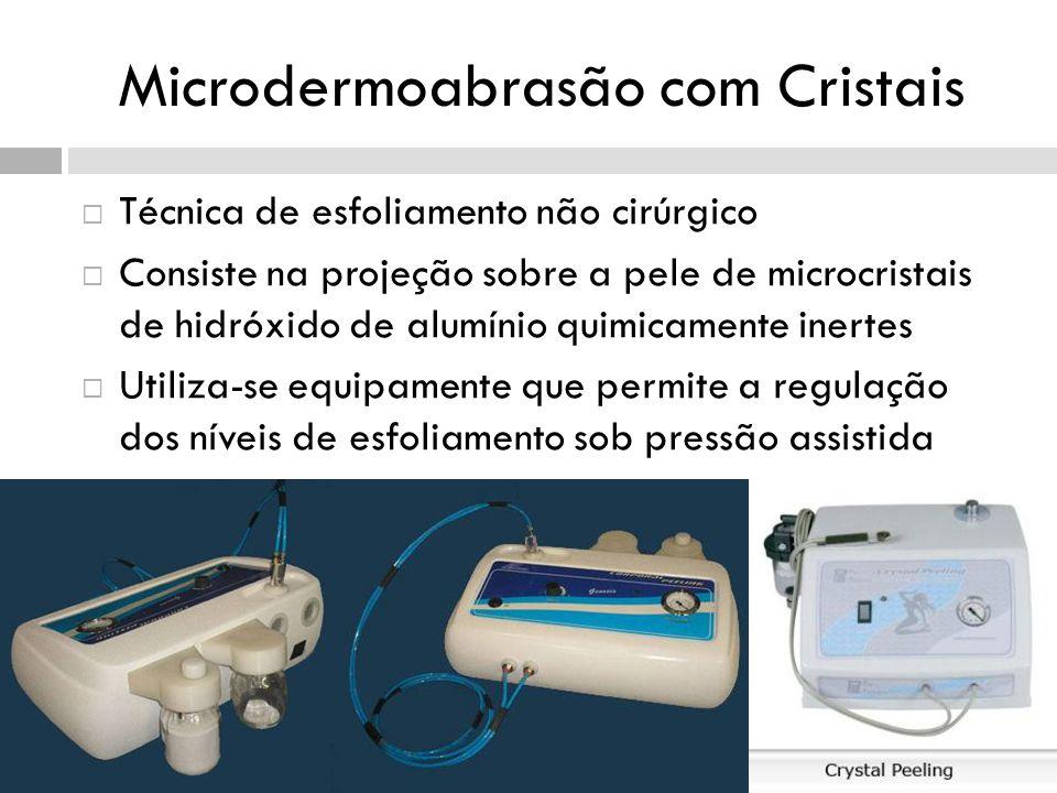 Microdermoabrasão com Cristais Técnica de esfoliamento não cirúrgico Consiste na projeção sobre a pele de microcristais de hidróxido de alumínio quimicamente inertes Utiliza-se equipamente que permite a regulação dos níveis de esfoliamento sob pressão assistida