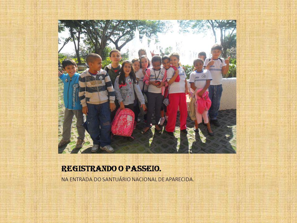 REGISTRANDO O PASSEIO. NA ENTRADA DO SANTUÁRIO NACIONAL DE APARECIDA.