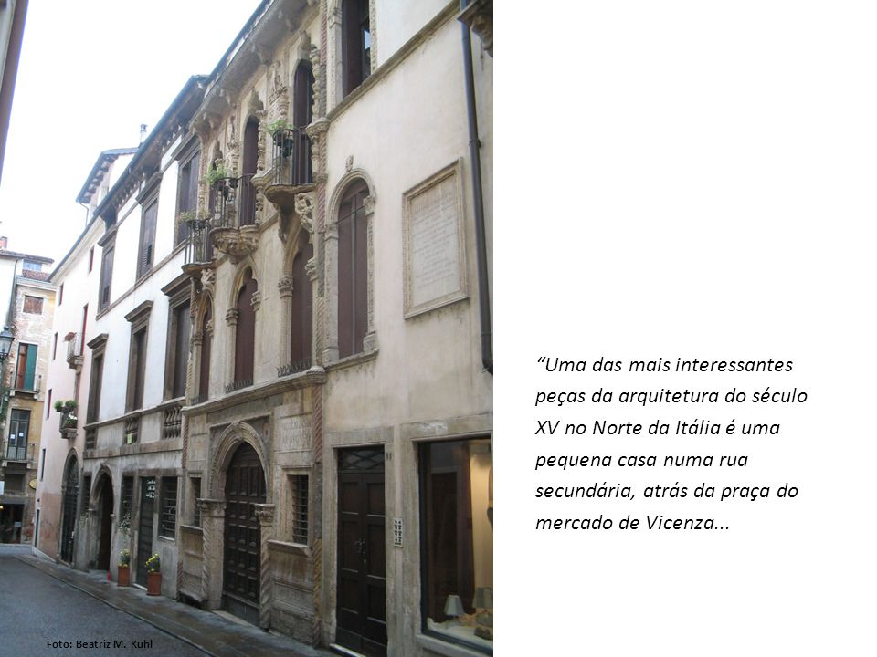 Uma das mais interessantes peças da arquitetura do século XV no Norte da Itália é uma pequena casa numa rua secundária, atrás da praça do mercado de V