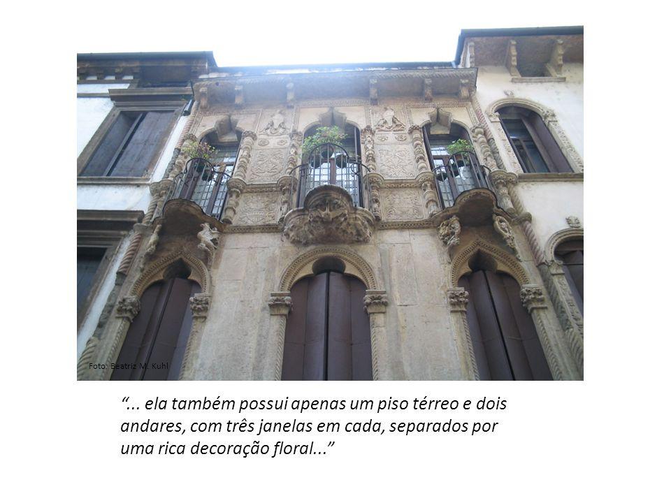 ... ela também possui apenas um piso térreo e dois andares, com três janelas em cada, separados por uma rica decoração floral... Foto: Beatriz M. Kuhl