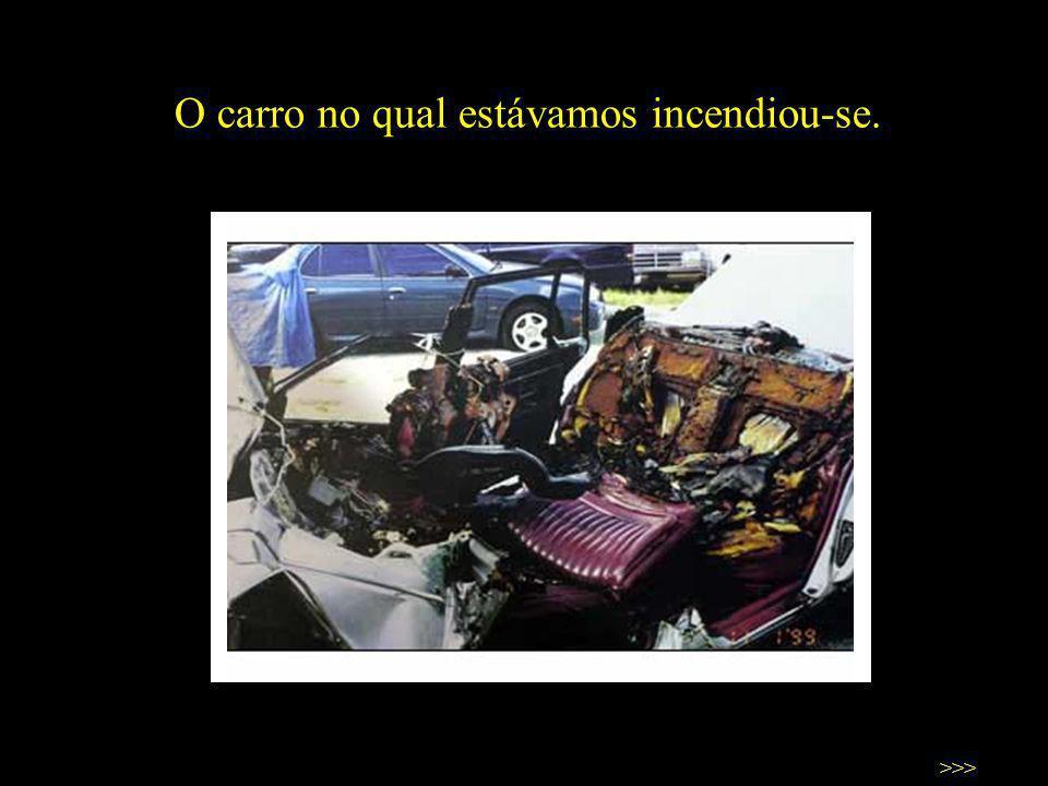 O carro no qual estávamos incendiou-se. >>>