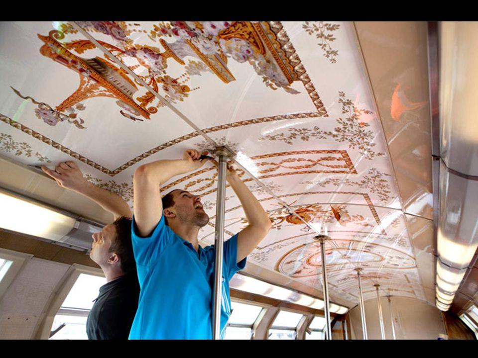E é que, com o objetivo de incentivar o turismo na capital francesa, foi posto em marcha um trem urbano que passa pela cidade com Versalles cujos vagons foramdecorados com os mesmos motivos que inundam e embelezam o interior dos salões deste fabuloso palácio.