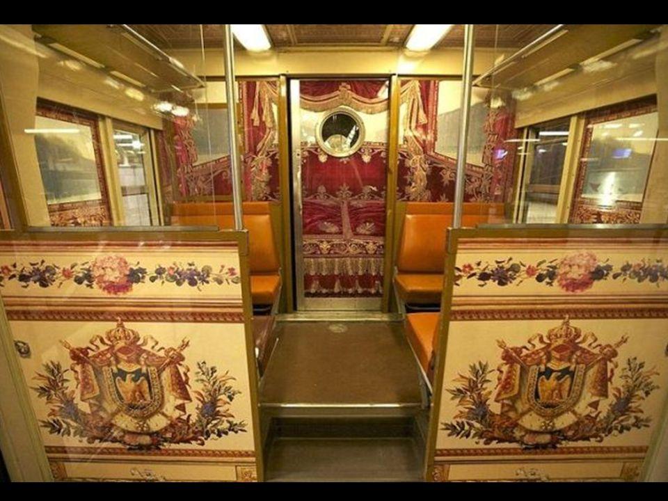 Vagões revestidos interiormente com uma película plástica impressa com imágens diferentes que reproduzem diferentes locais de Versalles, como o são, o