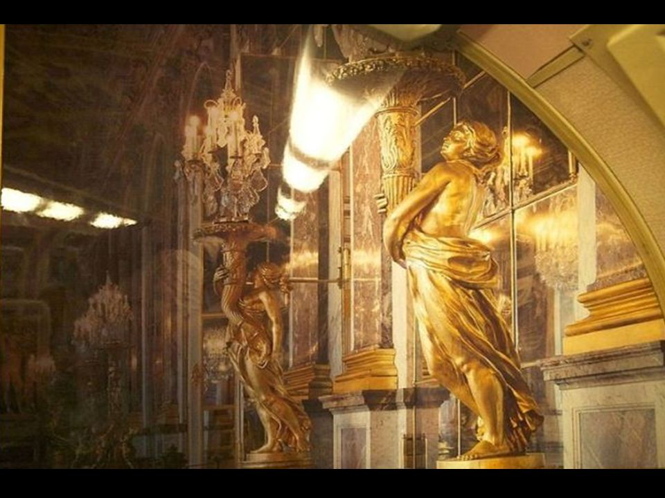 Encontraremos inclusive algumas das famosas estátuas que decoram suas galerías e salões.