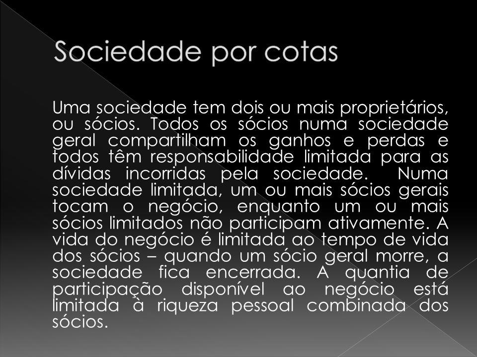 Uma sociedade tem dois ou mais proprietários, ou sócios.