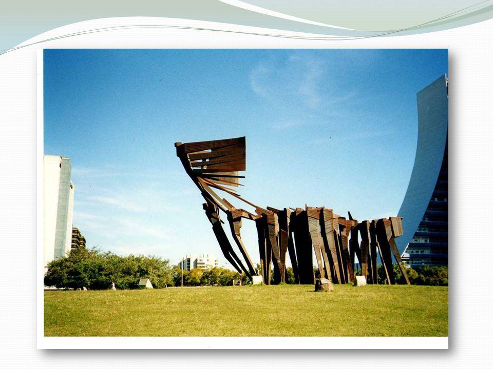 AÇORIANOS Leo e Luiz M.Monumento dos Açorianos fica no centro em Porto Alegre.