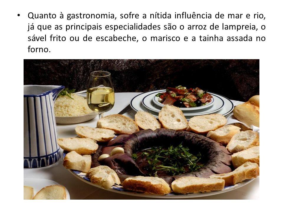 Quanto à gastronomia, sofre a nítida influência de mar e rio, já que as principais especialidades são o arroz de lampreia, o sável frito ou de escabec