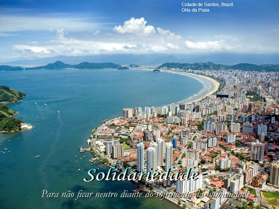 Para não ficar neutro diante do sofrimento da humanidade. Cidade de Santos, Brazil Orla da Praia.