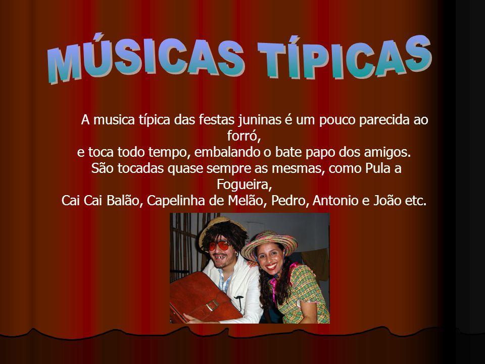 A musica típica das festas juninas é um pouco parecida ao forró, e toca todo tempo, embalando o bate papo dos amigos.