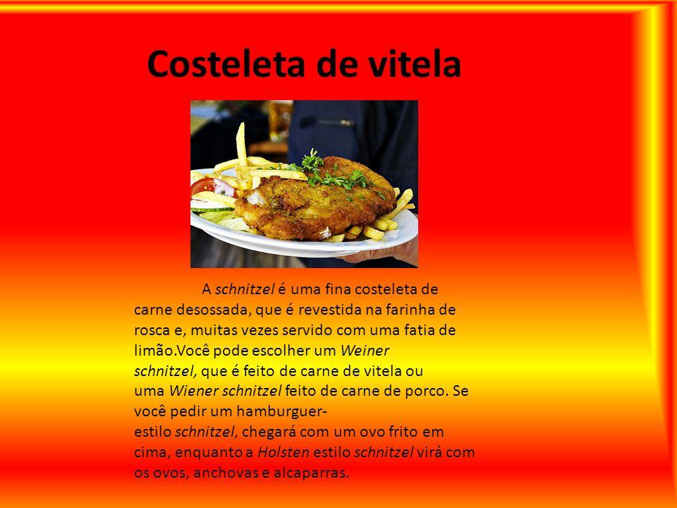 Costeleta de vitela A schnitzel é uma fina costeleta de carne desossada, que é revestida na farinha de rosca e, muitas vezes servido com uma fatia de