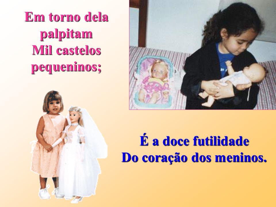 Quase em todos os lugares, Vencendo tempo e distância, A boneca sempre atrai A grande atenção da infância.