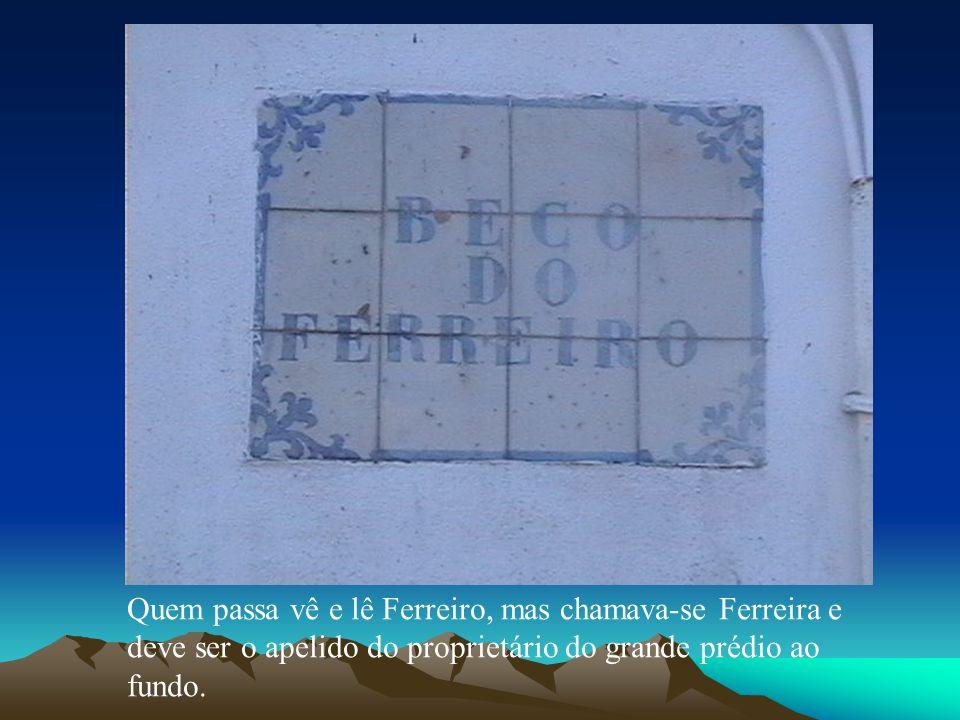 Quem passa vê e lê Ferreiro, mas chamava-se Ferreira e deve ser o apelido do proprietário do grande prédio ao fundo.