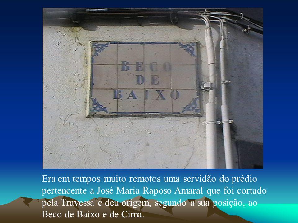 Era em tempos muito remotos uma servidão do prédio pertencente a José Maria Raposo Amaral que foi cortado pela Travessa e deu origem, segundo a sua po