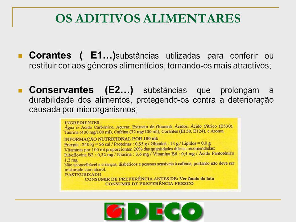 OS ADITIVOS ALIMENTARES Antioxidantes (E3…), substâncias que prolongam a durabilidade dos alimentos, protegendo-os contra a deterioração causada pela oxidação (alterações de cor); Emulsionantes (E4…), substâncias que tornam possível formar ou manter nos alimentos uma mistura homogénea de duas ou mais fases que, por si só, não ligam ( como o óleo e a água); Espessantes (E4…) substâncias que aumentam a viscosidade dos alimentos; Estabilizantes (E4…) substâncias que permitem manter uma mistura homogénea de duas ou mais fases com tendência a separar-se;