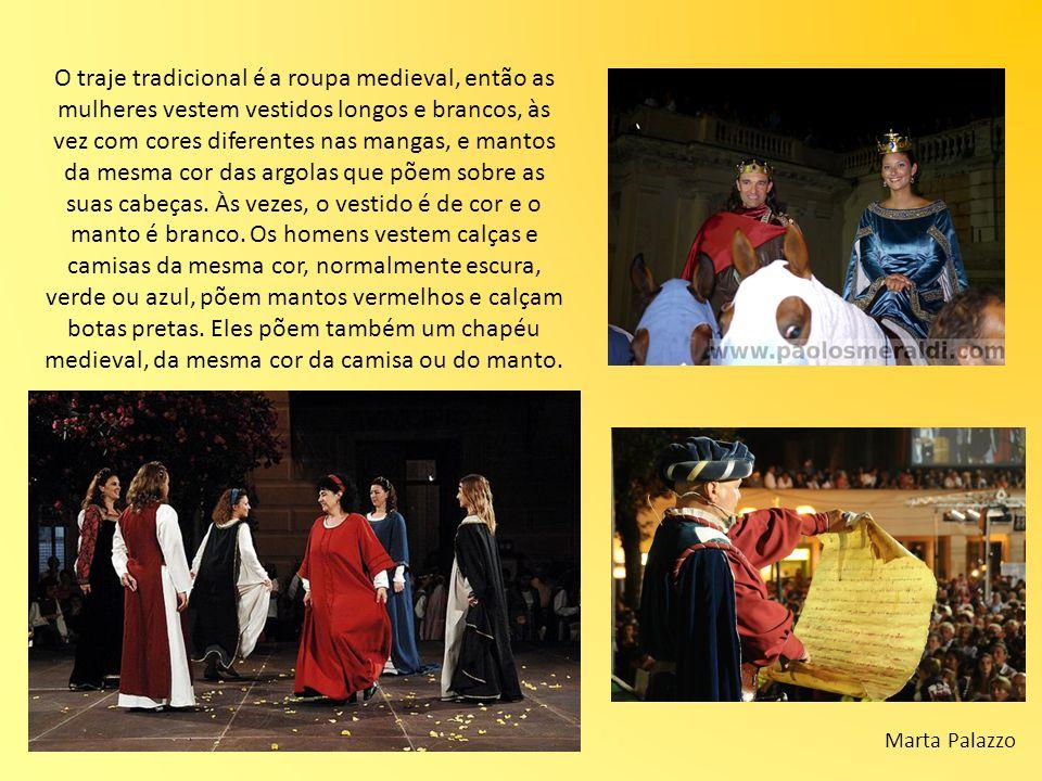 O traje tradicional é a roupa medieval, então as mulheres vestem vestidos longos e brancos, às vez com cores diferentes nas mangas, e mantos da mesma