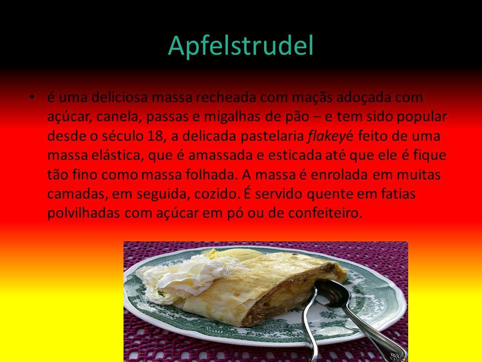Apfelstrudel é uma deliciosa massa recheada com maçãs adoçada com açúcar, canela, passas e migalhas de pão – e tem sido popular desde o século 18, a d