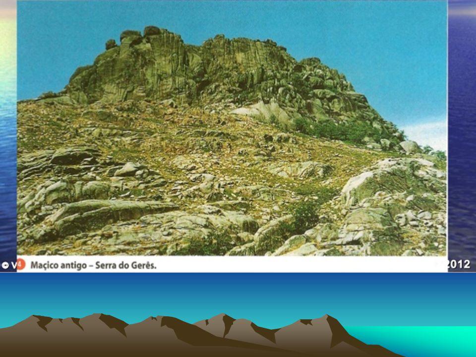 O Maciço Antigo tem mais de 250 milhões de anos e nele predominam xistos e granitos