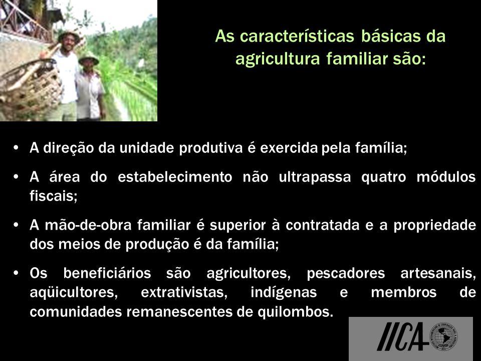 A direção da unidade produtiva é exercida pela família; A área do estabelecimento não ultrapassa quatro módulos fiscais; A mão-de-obra familiar é supe
