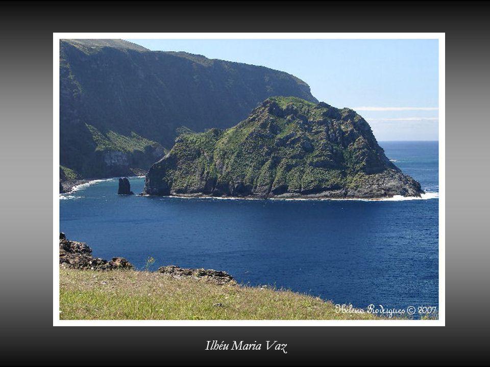 Farol de Albarnaz com a Ilha do Corvo ao fundo