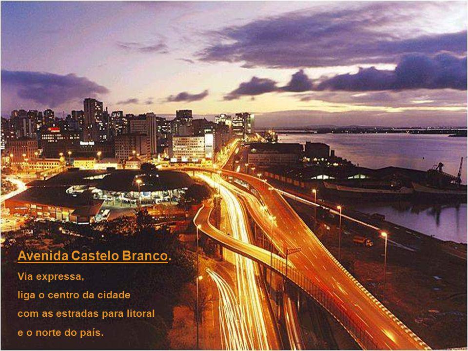Ponte sobre o Rio Guaíba, um dos símbolos da cidade. O vão central, entre os pilares maiores, é móvel. Quando elevado, 60 metros, permite a passagem d