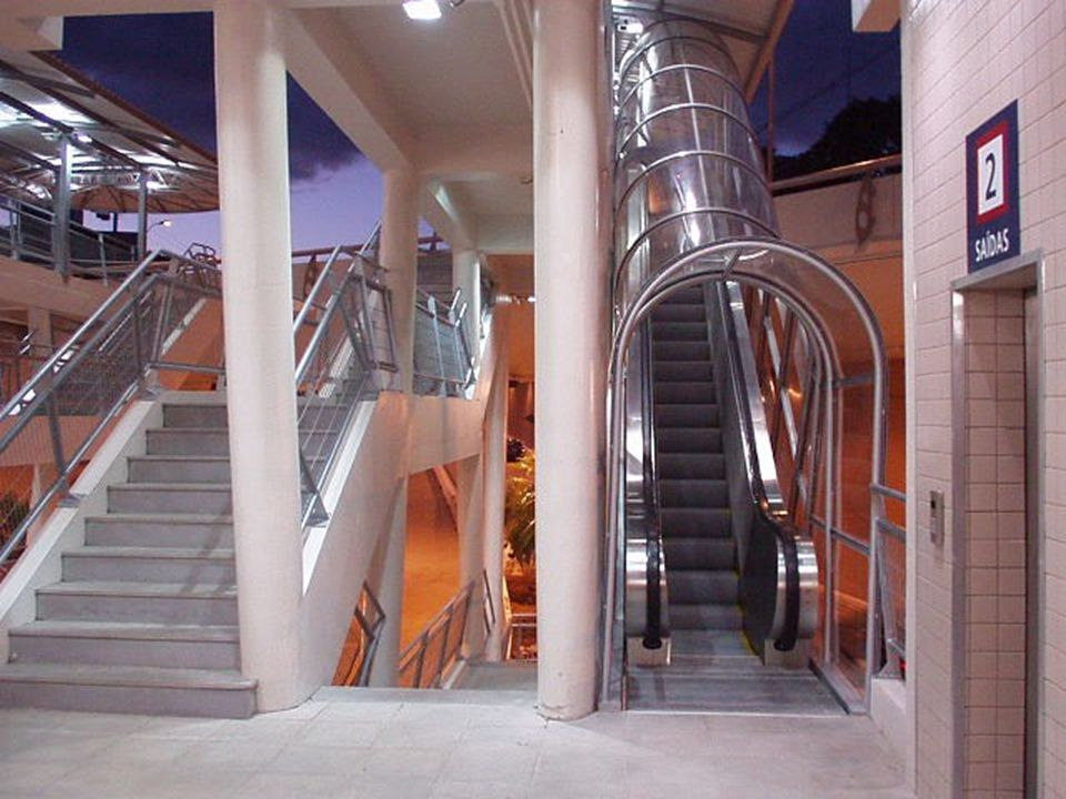 Escadas rolantes cobertas e elevadores panorâmicos...