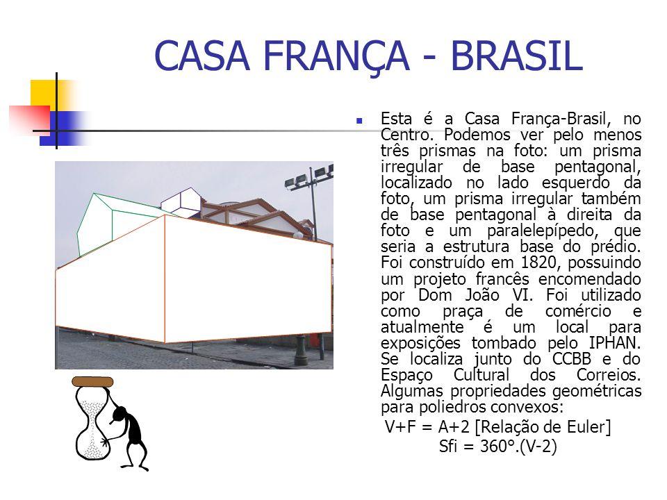 CASA FRANÇA - BRASIL Esta é a Casa França-Brasil, no Centro. Podemos ver pelo menos três prismas na foto: um prisma irregular de base pentagonal, loca
