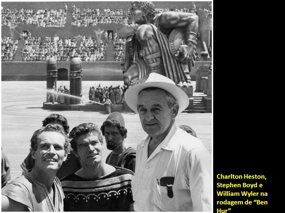 Marlon Brando relaxa entre uma e outra tomada de Viva Zapata