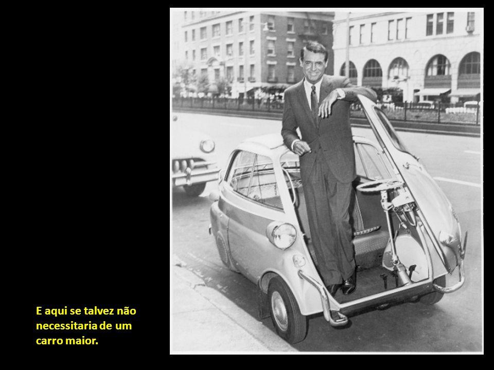 Cary Grant meditando se abre o guarda- chuva.