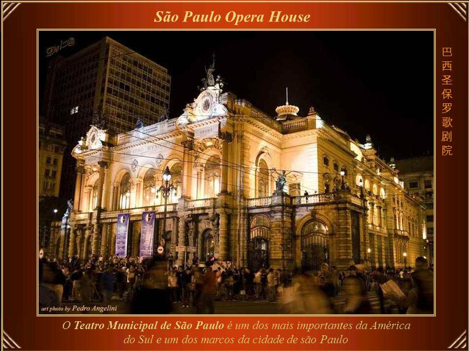O lustre central Praga Opera House