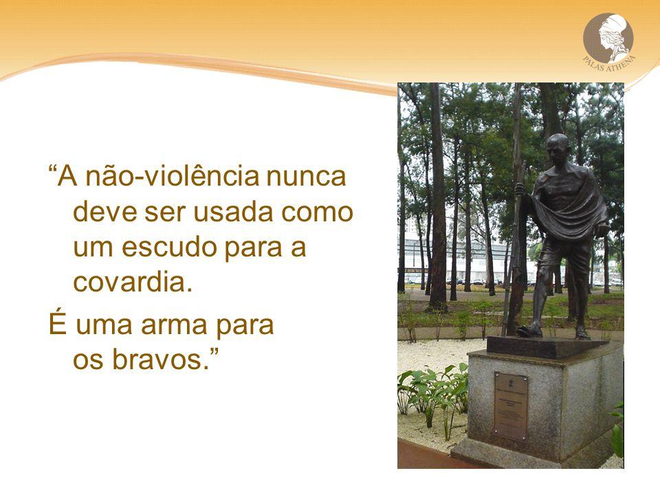 A não-violência nunca deve ser usada como um escudo para a covardia. É uma arma para os bravos.