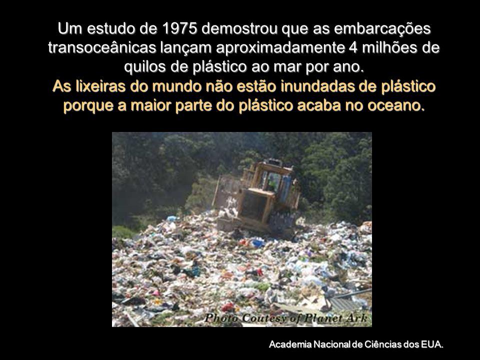 Um estudo de 1975 demostrou que as embarcações transoceânicas lançam aproximadamente 4 milhões de quilos de plástico ao mar por ano.