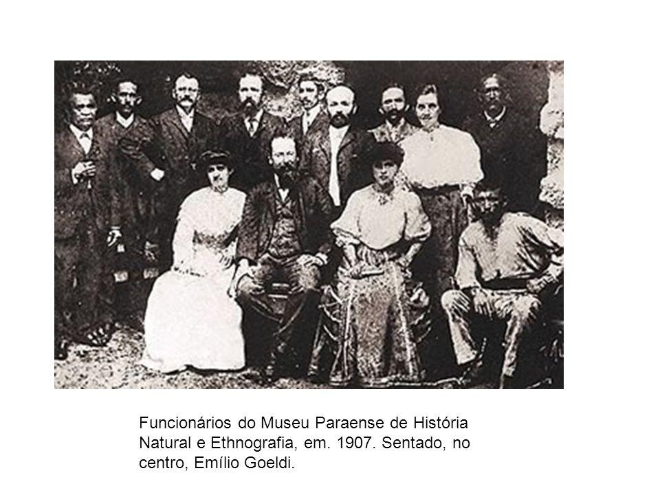 Funcionários do Museu Paraense de História Natural e Ethnografia, em. 1907. Sentado, no centro, Emílio Goeldi.