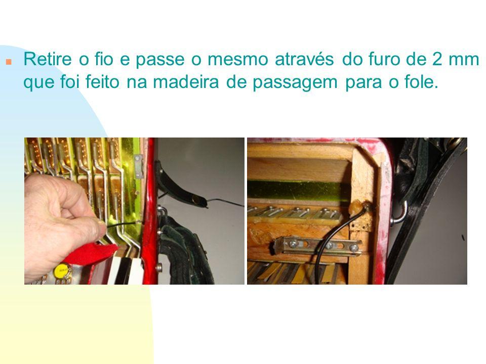 n Retire o fio e passe o mesmo através do furo de 2 mm que foi feito na madeira de passagem para o fole.