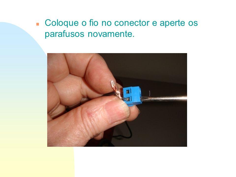 n Coloque o fio no conector e aperte os parafusos novamente.