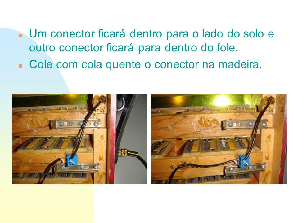 n Um conector ficará dentro para o lado do solo e outro conector ficará para dentro do fole. n Cole com cola quente o conector na madeira.