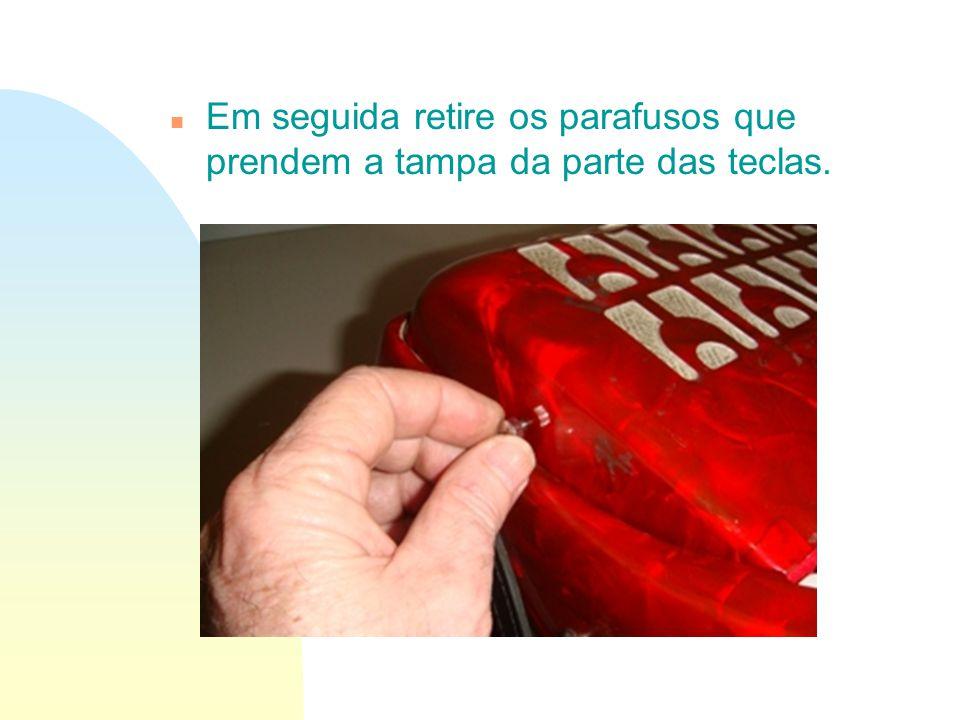 n Em seguida retire os parafusos que prendem a tampa da parte das teclas.