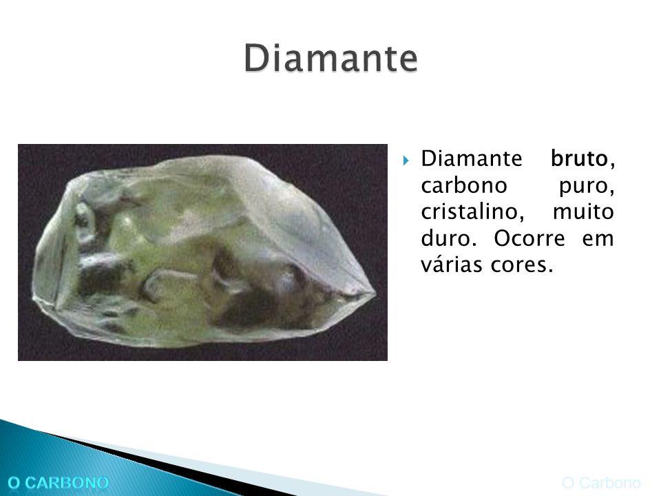 Diamante bruto, carbono puro, cristalino, muito duro. Ocorre em várias cores. O Carbono