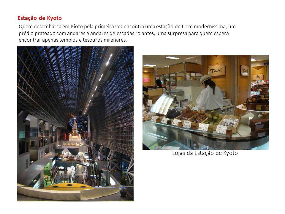 Estação de Kyoto Quem desembarca em Kioto pela primeira vez encontra uma estação de trem moderníssima, um prédio prateado com andares e andares de escadas rolantes, uma surpresa para quem espera encontrar apenas templos e tesouros milenares.