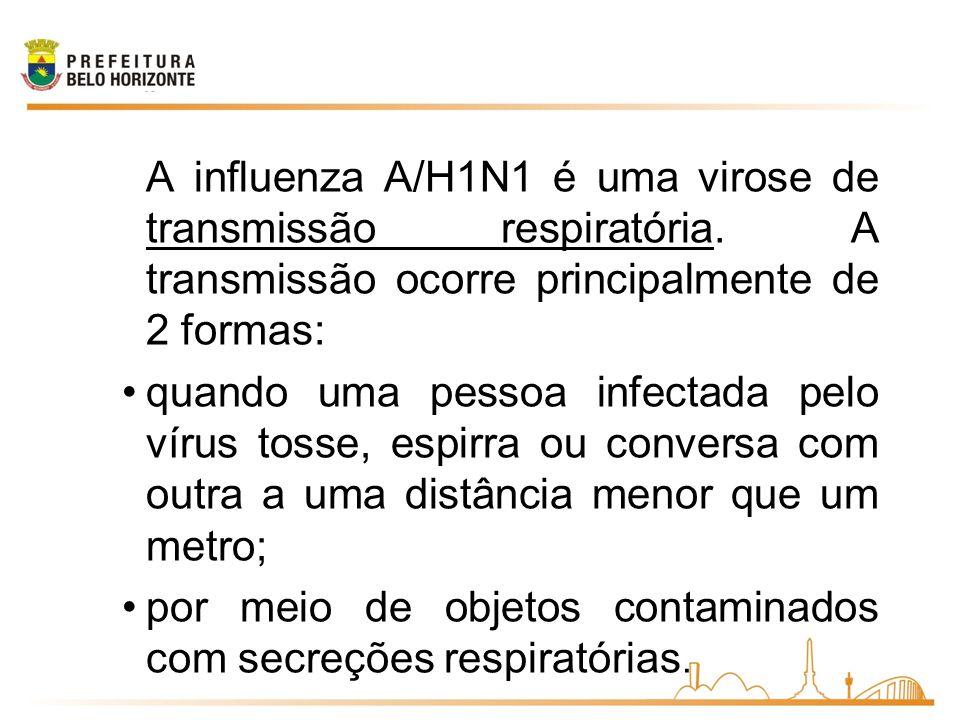 A influenza A/H1N1 é uma virose de transmissão respiratória. A transmissão ocorre principalmente de 2 formas: quando uma pessoa infectada pelo vírus t