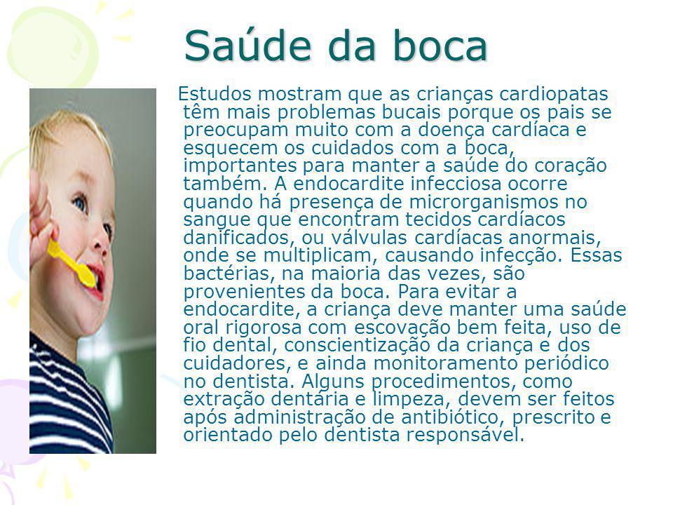 Saúde da boca Estudos mostram que as crianças cardiopatas têm mais problemas bucais porque os pais se preocupam muito com a doença cardíaca e esquecem