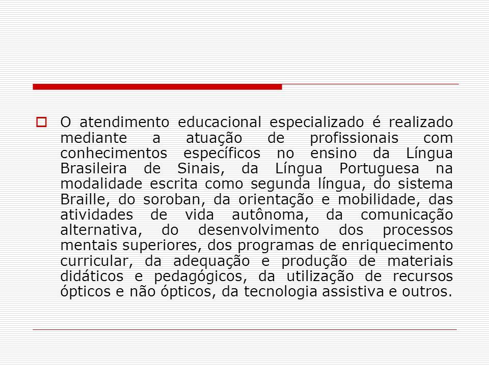 O atendimento educacional especializado é realizado mediante a atuação de profissionais com conhecimentos específicos no ensino da Língua Brasileira d