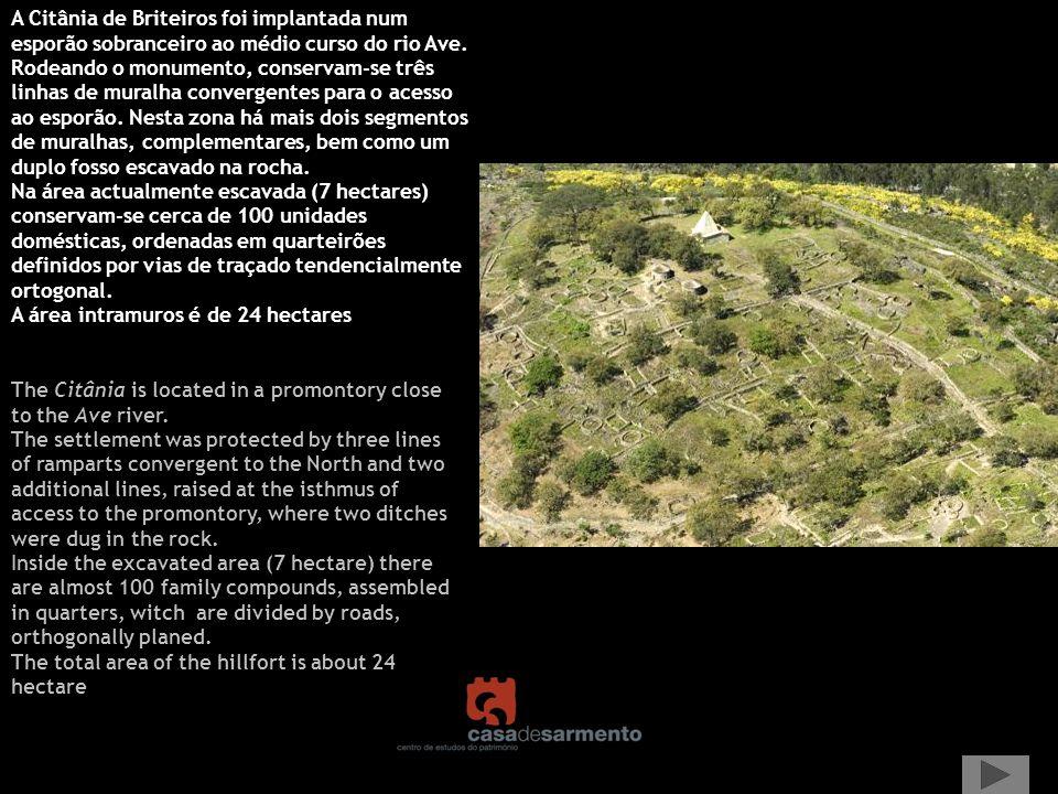 Representação dos alinhamentos de muralha e do traçado da estrada, que cortou o povoado na década de trinta, e em cuja construção se descobriu um dos balneários, conservado in situ, permitindo avançar com uma nova interpretação para a Pedra Formosa.