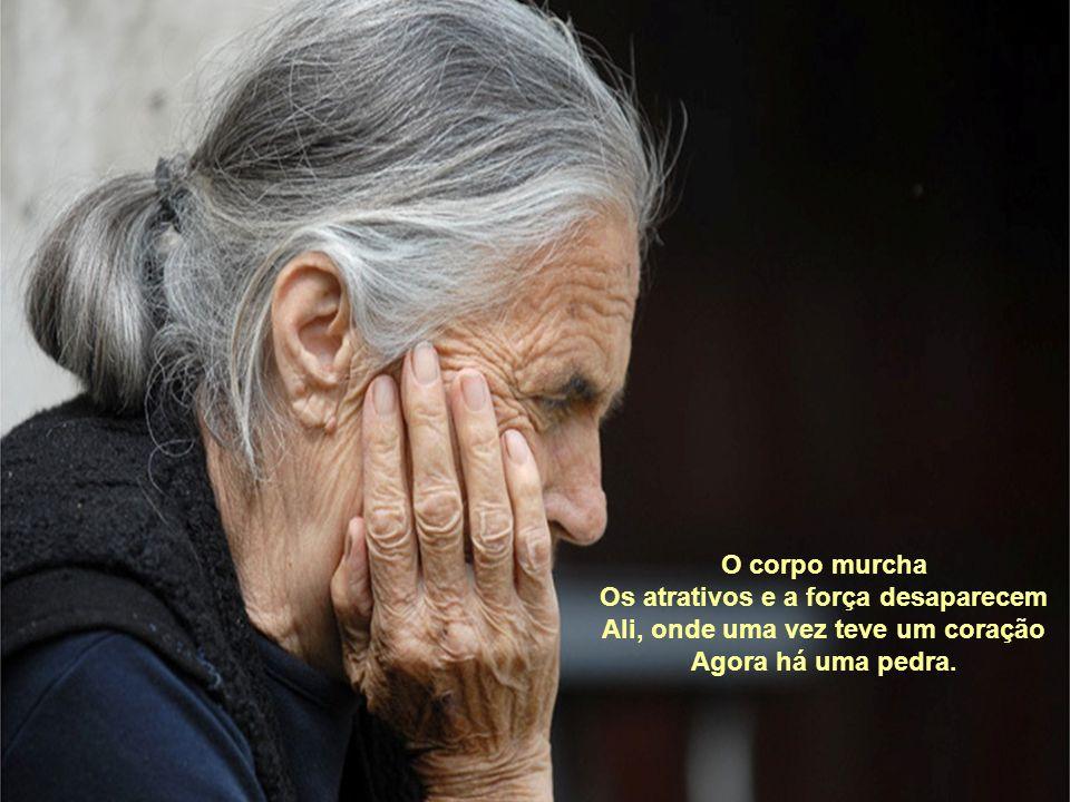 Agora sou uma velha. Que cruel é a natureza.... A velhice é uma piada Que transforma um ser humano Em um alienado.