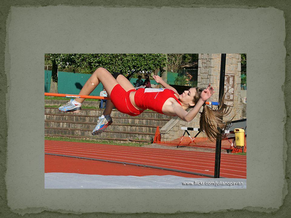 Mesmo no ar, o saltador continua se movimentando, lançando a perna livre para a frente e ganhando elevação e deslocamento horizontal.