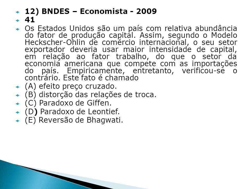 12) BNDES – Economista - 2009 41 Os Estados Unidos são um país com relativa abundância do fator de produção capital. Assim, segundo o Modelo Heckscher