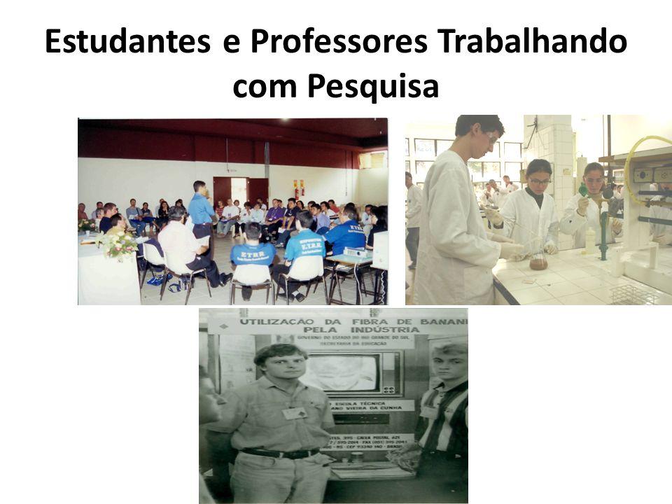 Estudantes e Professores Trabalhando com Pesquisa