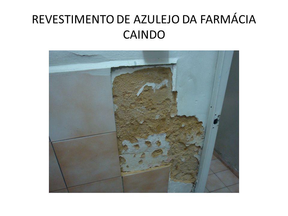 REVESTIMENTO DE AZULEJO DA FARMÁCIA CAINDO