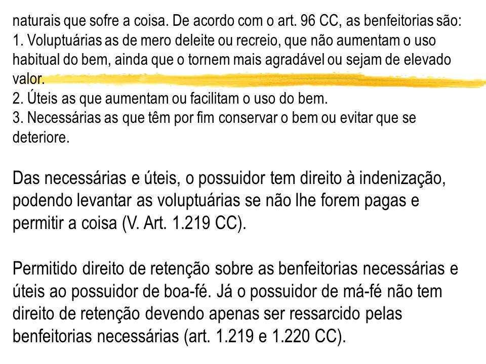 naturais que sofre a coisa. De acordo com o art. 96 CC, as benfeitorias são: 1. Voluptuárias as de mero deleite ou recreio, que não aumentam o uso hab
